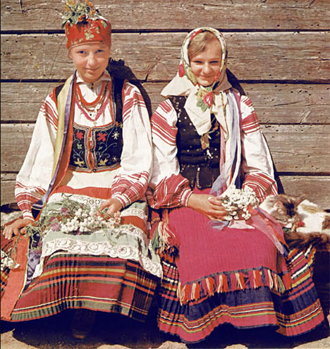A typical and traditional bridal dress in Belarus - Image courtesy www.belarus.by