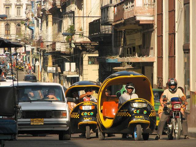 Coco taxi in Havana's streets - Image: lezumbalaberenjena