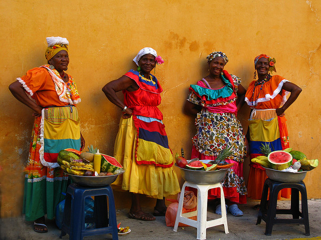 Discussion sur l' Etoile de TF1 du 10 juillet    2015 - Page 3 Lady-fruit-vendors-of-Colombia-in-traditional-costumes-Image-by-Luz-Adriana-VIlla-A.