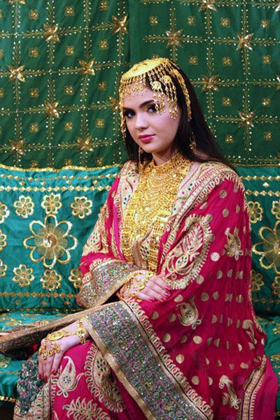 The Qatari brides normally dress up on their wedding day in Thobe A Nashal,