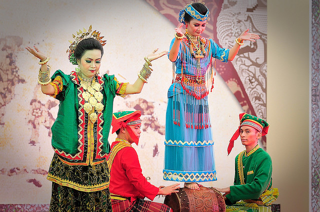 Traditional outfit from Indonesia full of elegance and grace - Image by AndyLeo@Photography