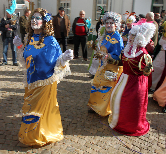 Participants of a carnival in Portugal in traditional dresses - Image: muffinn