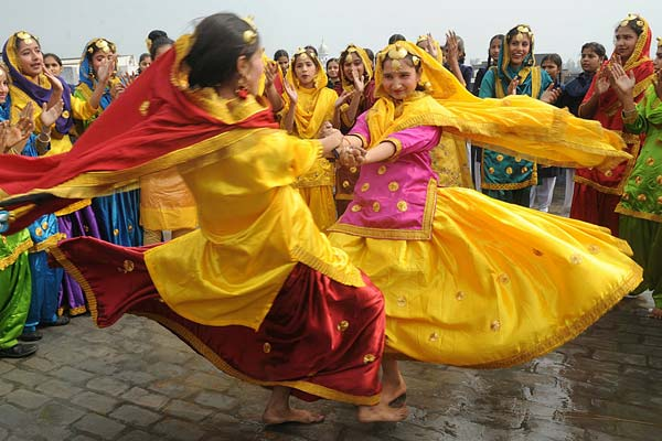 Kikli or Kikkli - The colorful female dance from Punjab regions of the Indian Sub-continent